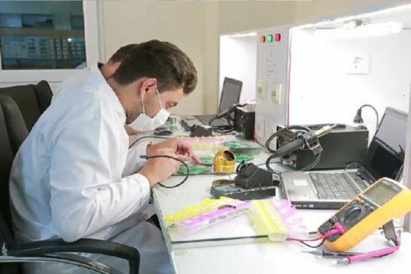 مونتاژ قطعات الکترونیکی گیرنده های مولتی فرکانس رایمند بر روی مدارهای چاپی به روش ماشینی و به صورت تمام اتوماتیک در داخل کشور انجام میشود.
